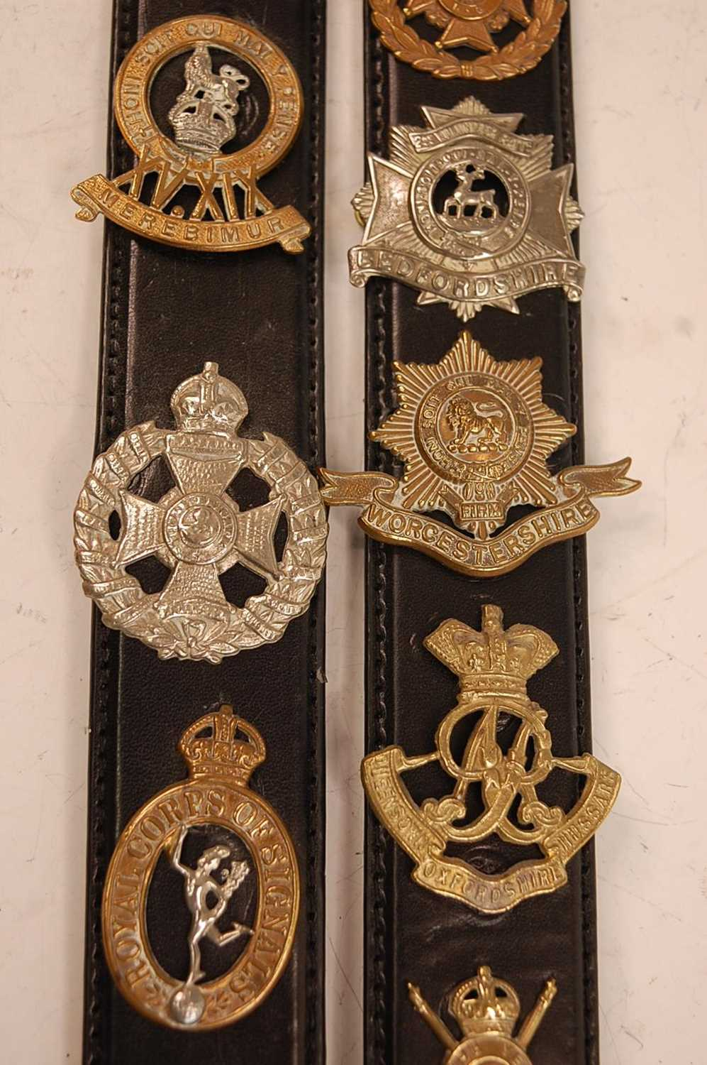 A collection of cap badges and insignia to include The Border Regiment, Cornwall Regiment, East - Image 7 of 9