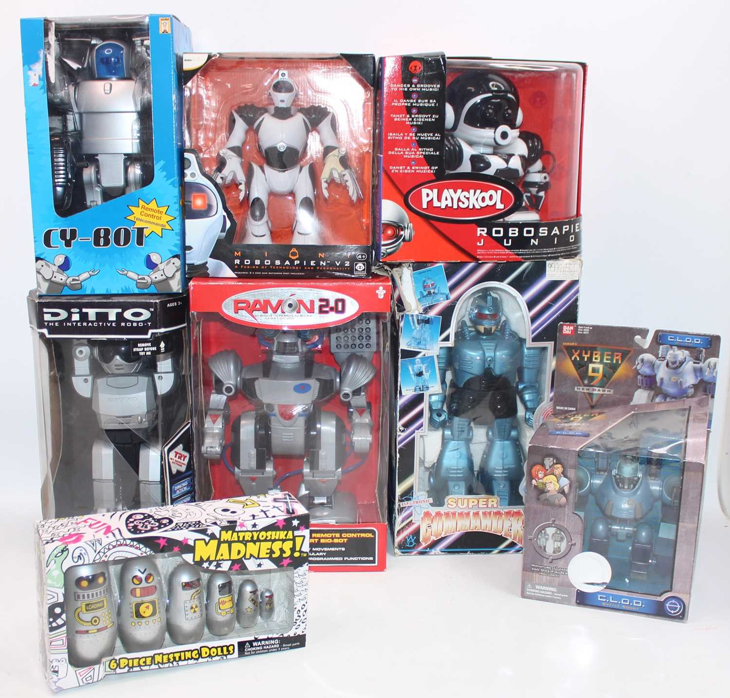 Eight various boxed modern release plastic and battery operated modern robots, to include a