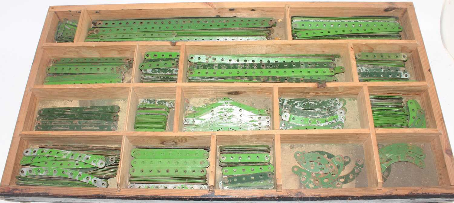 Five trays/boxes containing a number of various 1950s to 1980s red, green, and base metal Meccano - Image 4 of 6