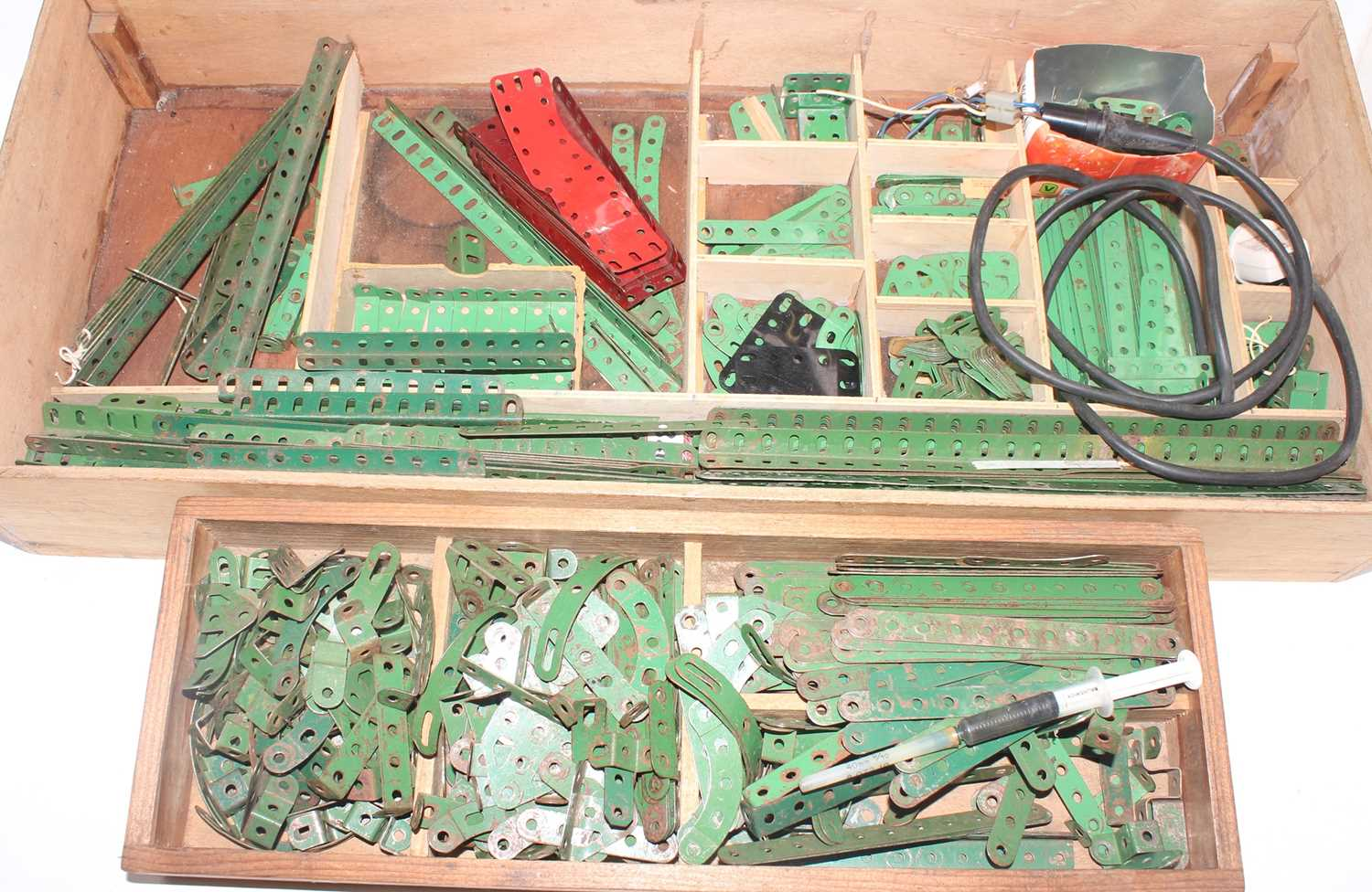 Five trays/boxes containing a number of various 1950s to 1980s red, green, and base metal Meccano - Image 2 of 6