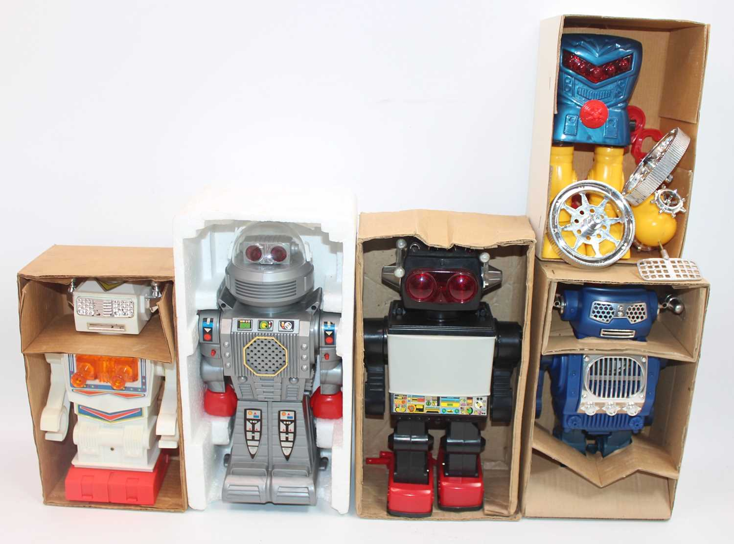 Five various boxed plastic and battery operated Chinese and Japanese robots, to include a SH Toys of - Image 2 of 2