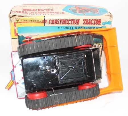 """TN Toys (Japan) tinplate """"Construction Tractor"""" - impressive battery-operated model is red, with - Image 3 of 3"""