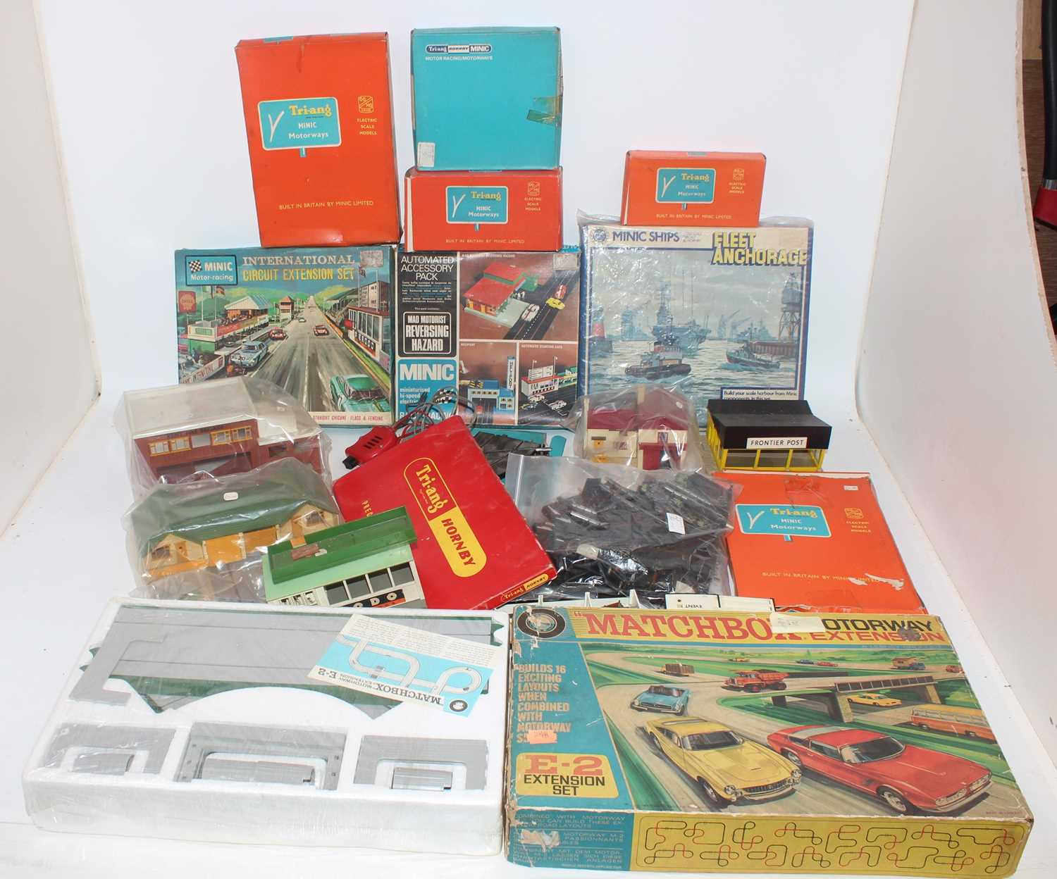 A large quantity of Minic and Matchbox slot racing and motorised track accessories and components to - Image 3 of 4