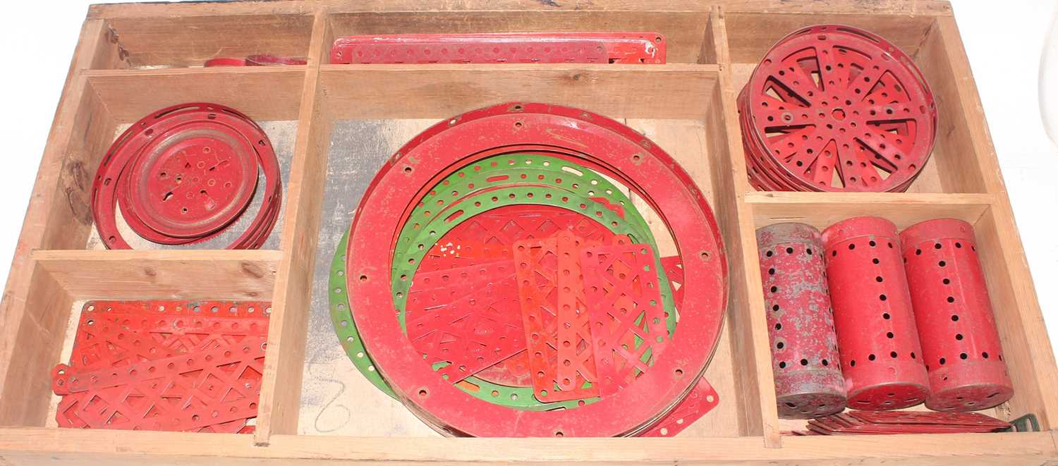 Five trays/boxes containing a number of various 1950s to 1980s red, green, and base metal Meccano - Image 5 of 6
