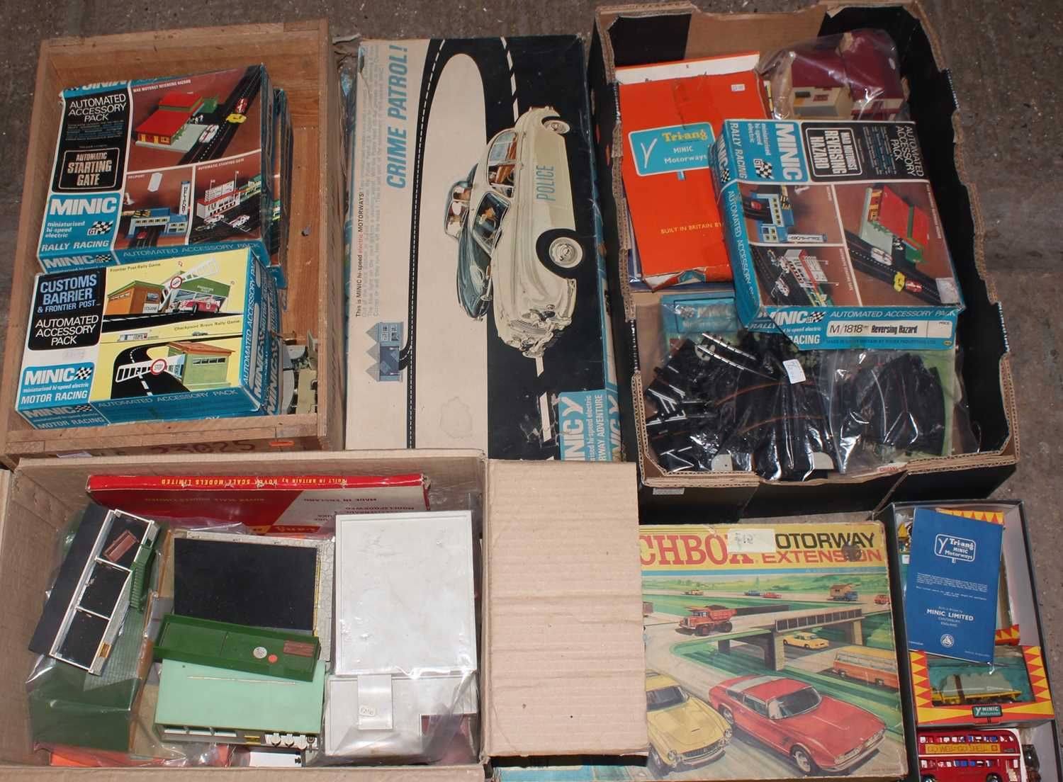 A large quantity of Minic and Matchbox slot racing and motorised track accessories and components to - Image 4 of 4