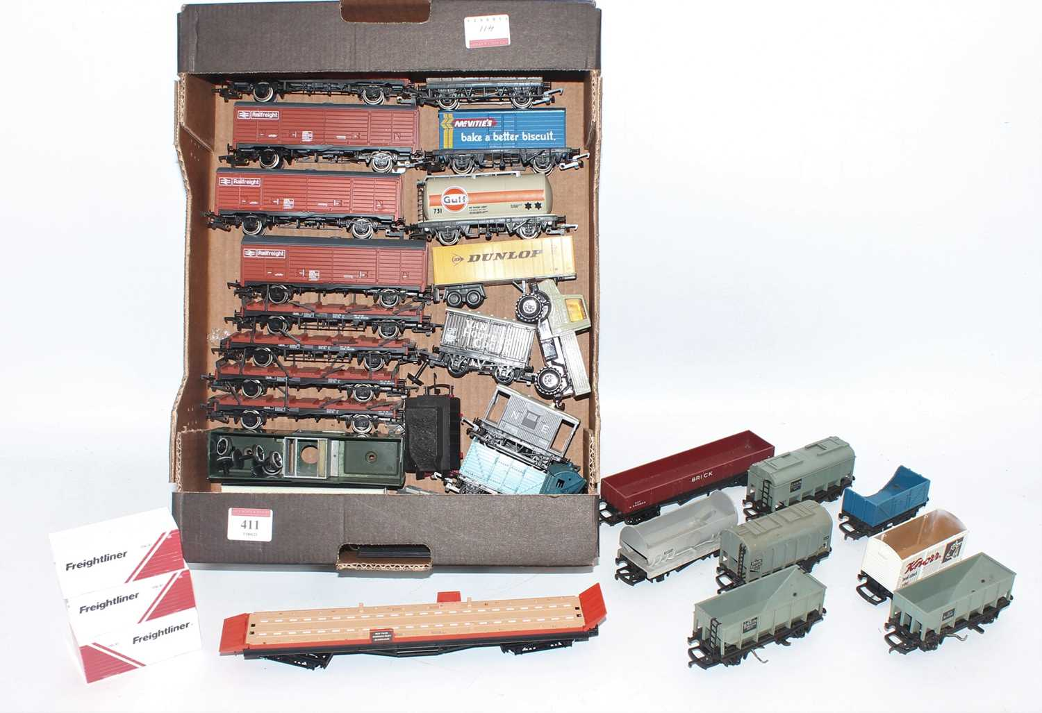 Small tray containing approx 26 goods wagons, mostly Hornby (mostly VG-E)