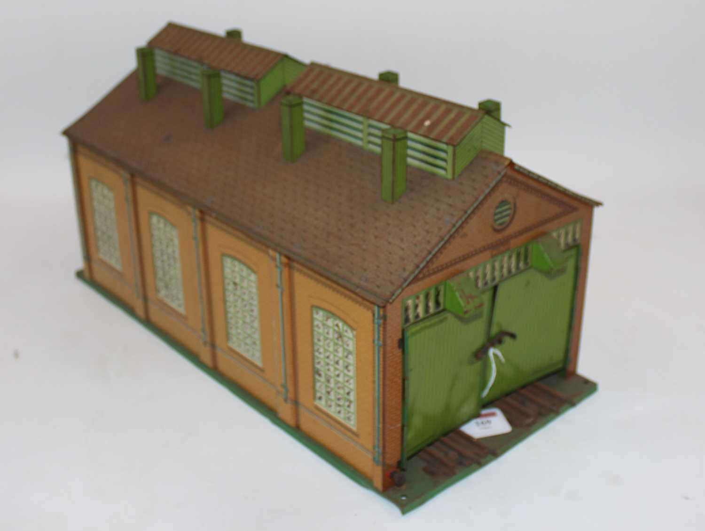 1935-41 Hornby E2E engine shed green base, yellow ridge tiles, inside of doors plain, missing one