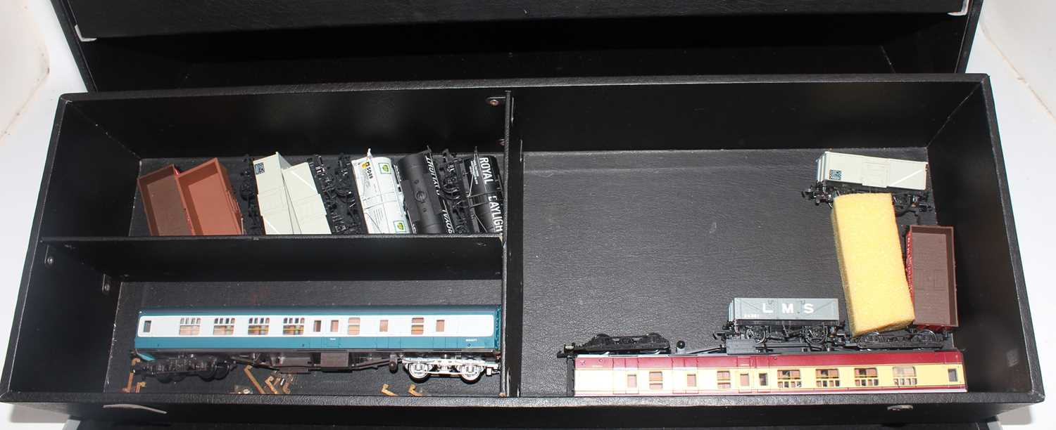 According to vendor, this lot is an original Mainline Salesman's carry case containing a quantity of - Image 2 of 6