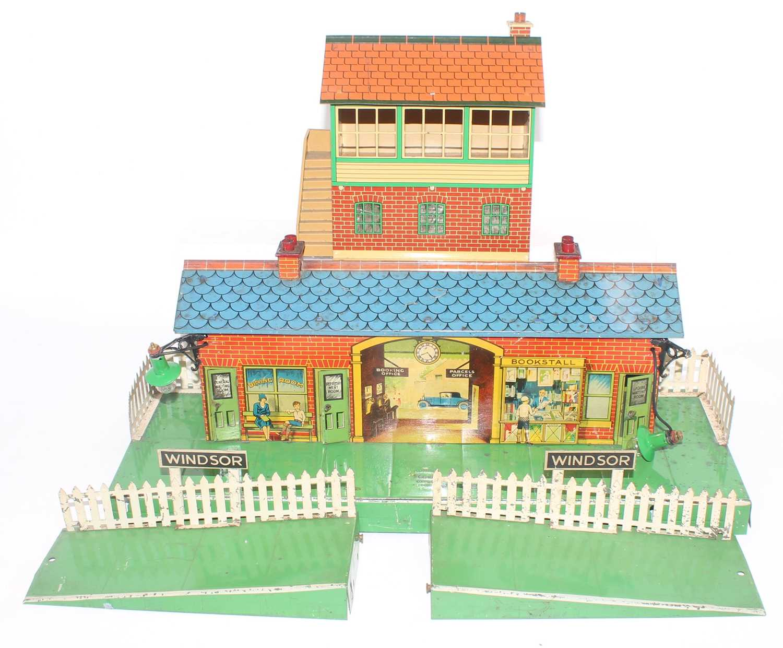 "Two Hornby items:- 1934-6 station no. 2E ""Windsor"" red brick building, green platform, blue roof,"