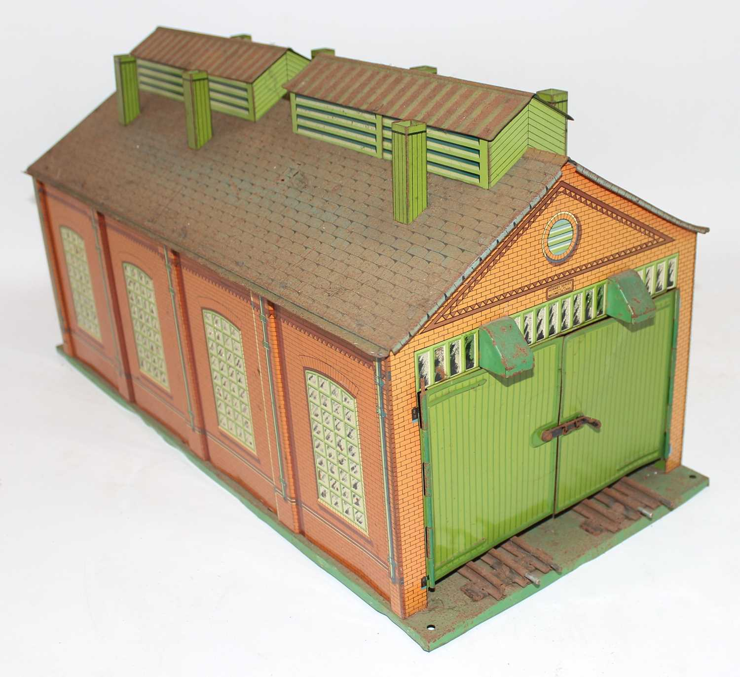 1935-41 Hornby E2E engine shed green base, yellow ridge tiles, inside of doors plain, missing one - Image 2 of 4