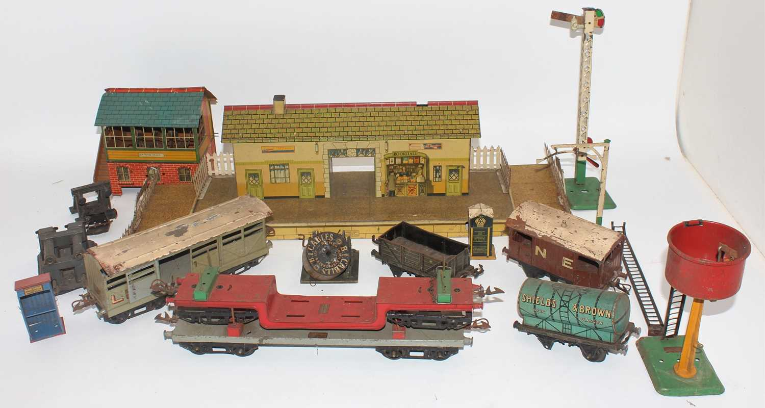 Tray containing variety of items:- Hornby 1939-41 Station No. 3 buff building, speckled platform,