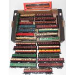 Tray of 30 bogie coaches, varied makes, styles and liveries. Overall (VG-E)