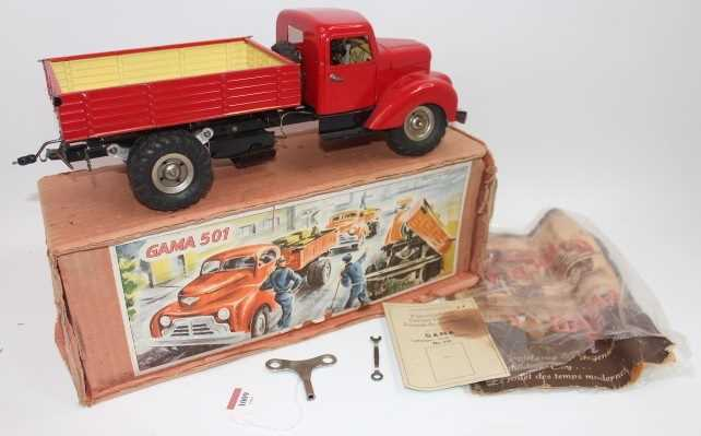 Gama No.501 battery operated and tinplate tipping truck, comprising red cab and back, black chassis, - Image 2 of 6