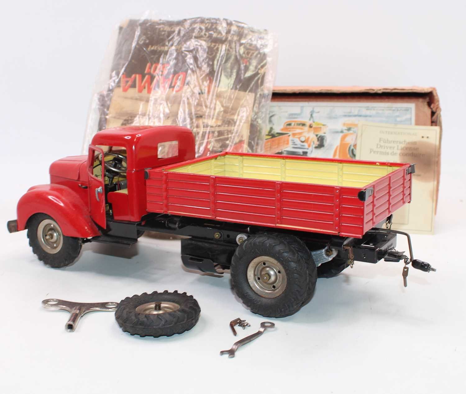 Gama No.501 battery operated and tinplate tipping truck, comprising red cab and back, black chassis, - Image 4 of 6