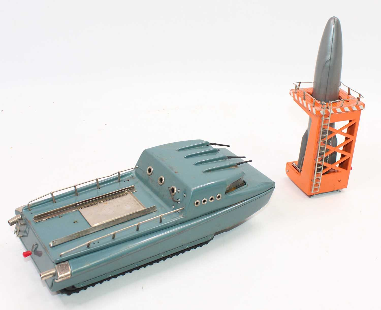 Collection of various tinplate cars and novelty toys in play-worn condition, to include Battery - Image 4 of 6