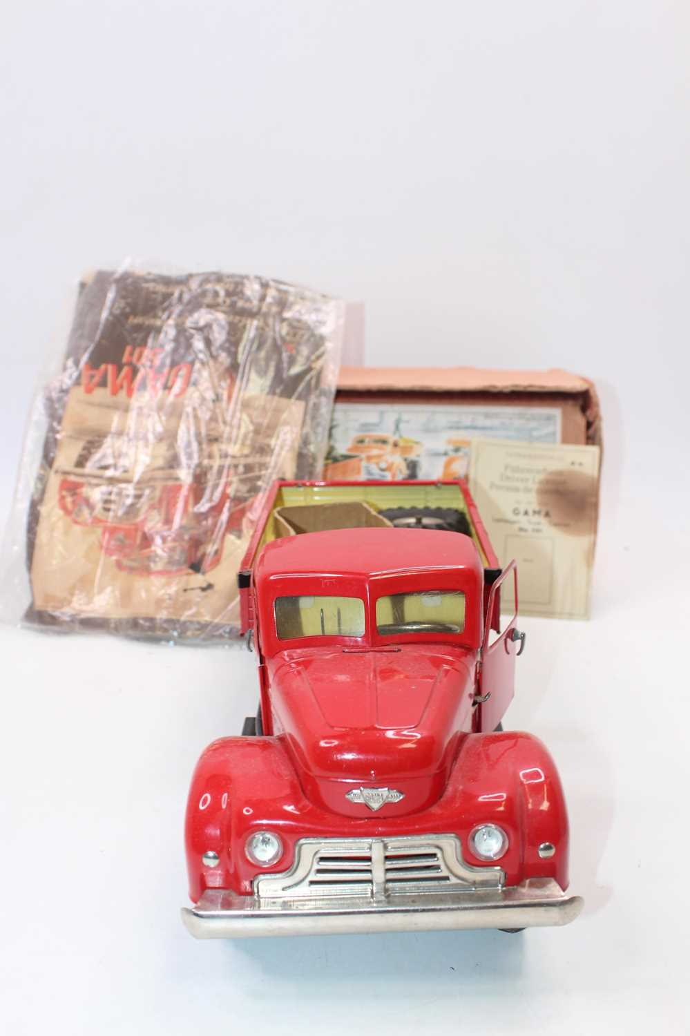 Gama No.501 battery operated and tinplate tipping truck, comprising red cab and back, black chassis, - Image 6 of 6
