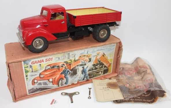 Gama No.501 battery operated and tinplate tipping truck, comprising red cab and back, black chassis,
