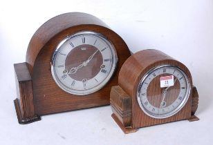 A 1950s oak cased mantel clock, having a silvered dial with Roman numerals and 30-hour movement, h.