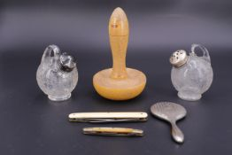 Sundry collectors' items including a novelty powder compact modelled as a hand mirror, two pen