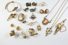 A QUANTITY OF JEWELLERY including a carved shell cameo pendant in ornate 9ct gold mount, together