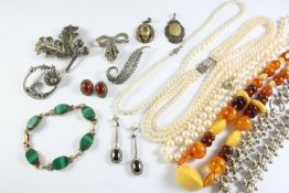 A QUANTITY OF JEWELLERY AND COSTUME JEWELLERY including a malachite and 9ct gold bracelet, three