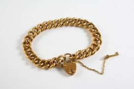 AN 18CT GOLD CURB LINK BRACELET with padlock clasp and key, 19cm long, 33.5 grams