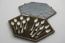 "AN UNUSUAL EARLY 20TH CENTURY ""TRAVELLING SAMPLE SET"" of twelve tea spoons and a pair of sugar"