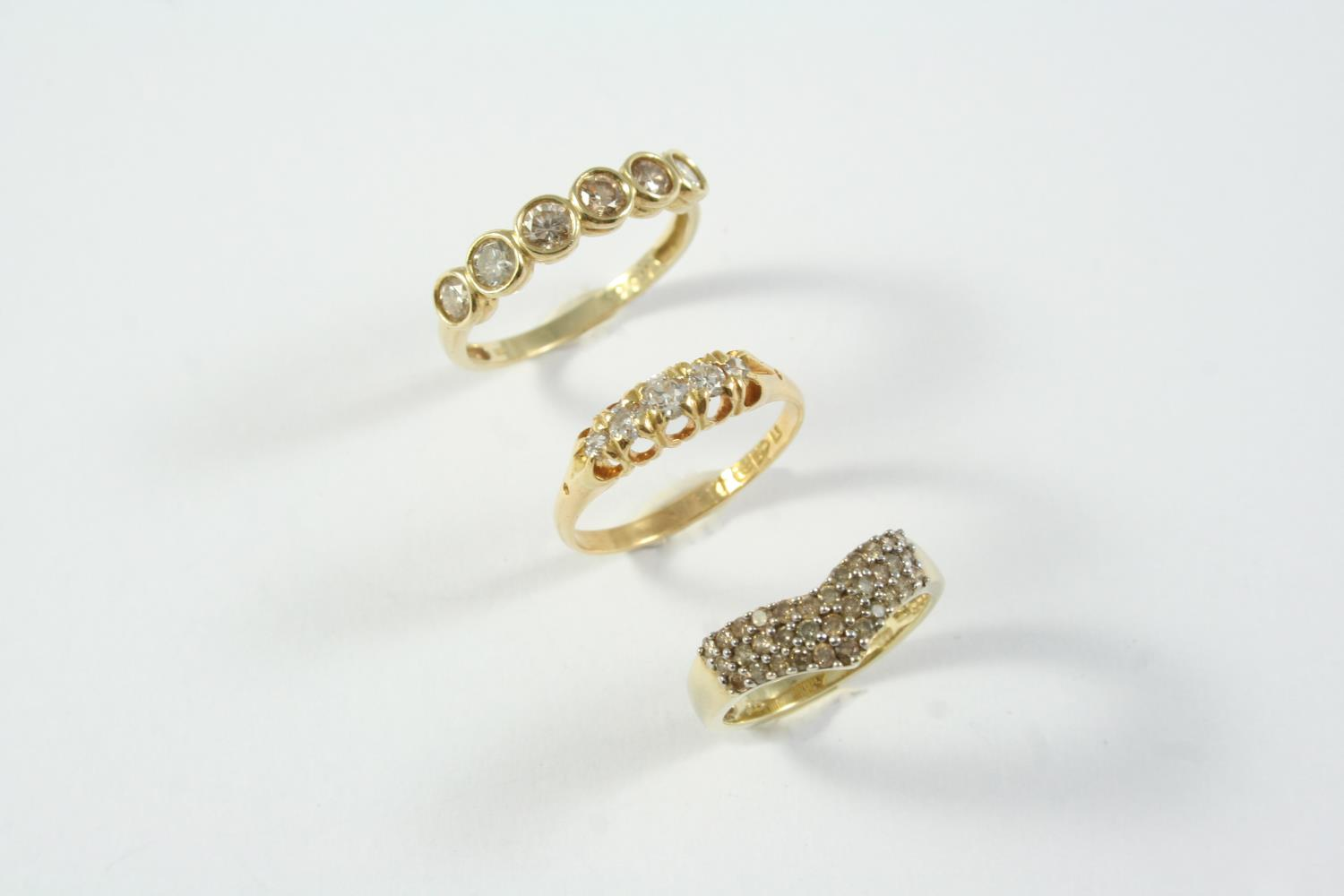 A DIAMOND FIVE STONE RING set with five graduated circular-cut diamonds, in 18ct gold, size O 1/