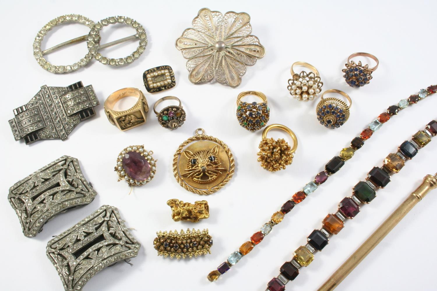A QUANTITY OF JEWELLERY IN TAN LEATHER JEWELLERY BOX including a gold nugget brooch, 8.5 grams, a