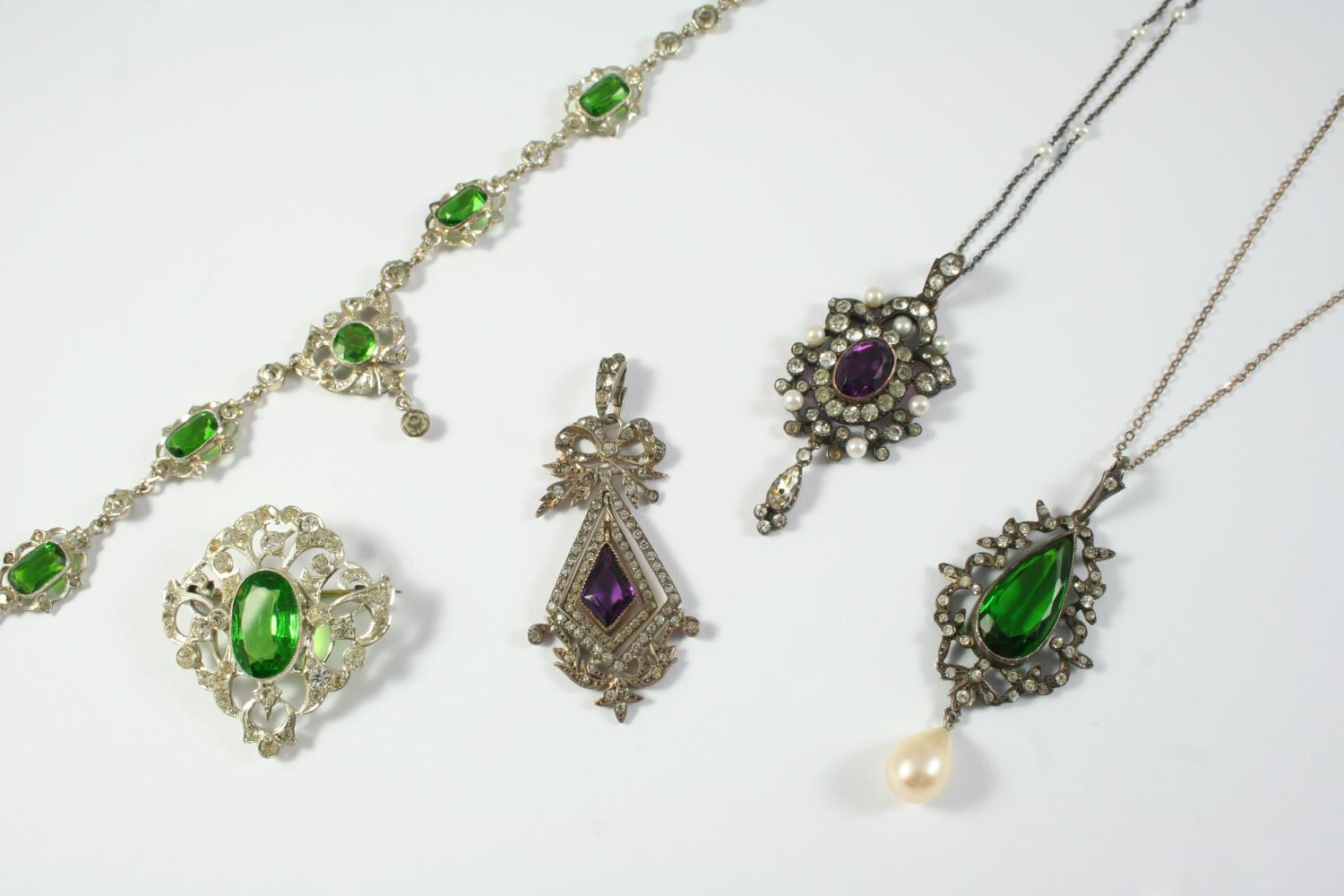 ASSORTED PASTE JEWELLERY including a cased purple and white paste pendant, a green and white paste