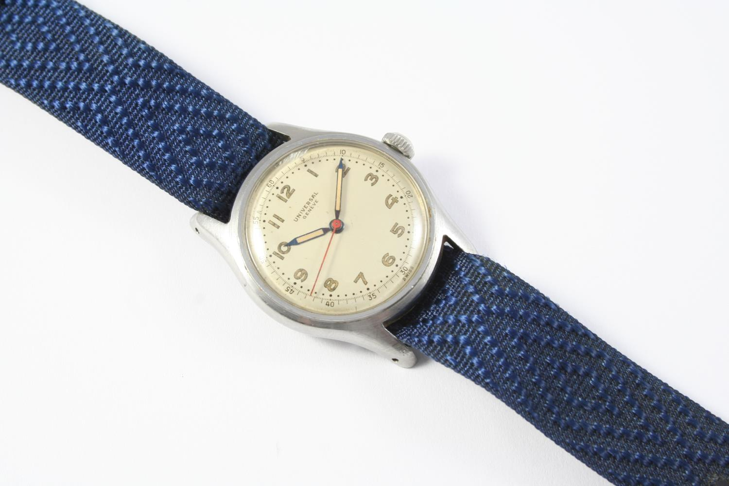 A GENTLEMAN'S STAINLESS STEEL MECHANICAL WRISTWATCH BY UNIVERSAL, GENEVE the signed circular dial