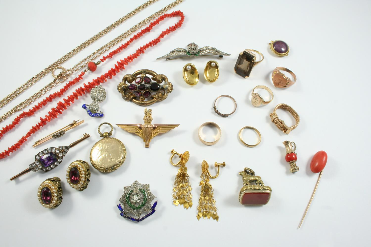 A QUANTITY OF JEWELLERY including a gold watch chain, 13.5 grams, a 9ct gold shield shape signet