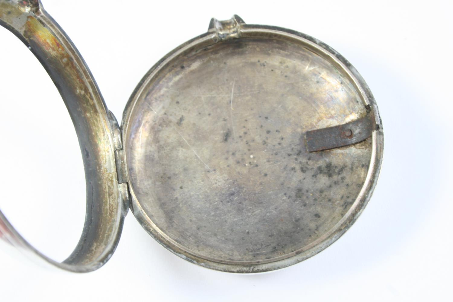 A SILVER PAIR CASED VERGE POCKET WATCH the white enamel dial with Roman numerals, the movement - Image 5 of 6