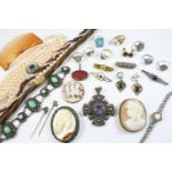 A QUANTITY OF JEWELLERY IN A JEWELLERY BOX including a carved shell cameo depicting The Three