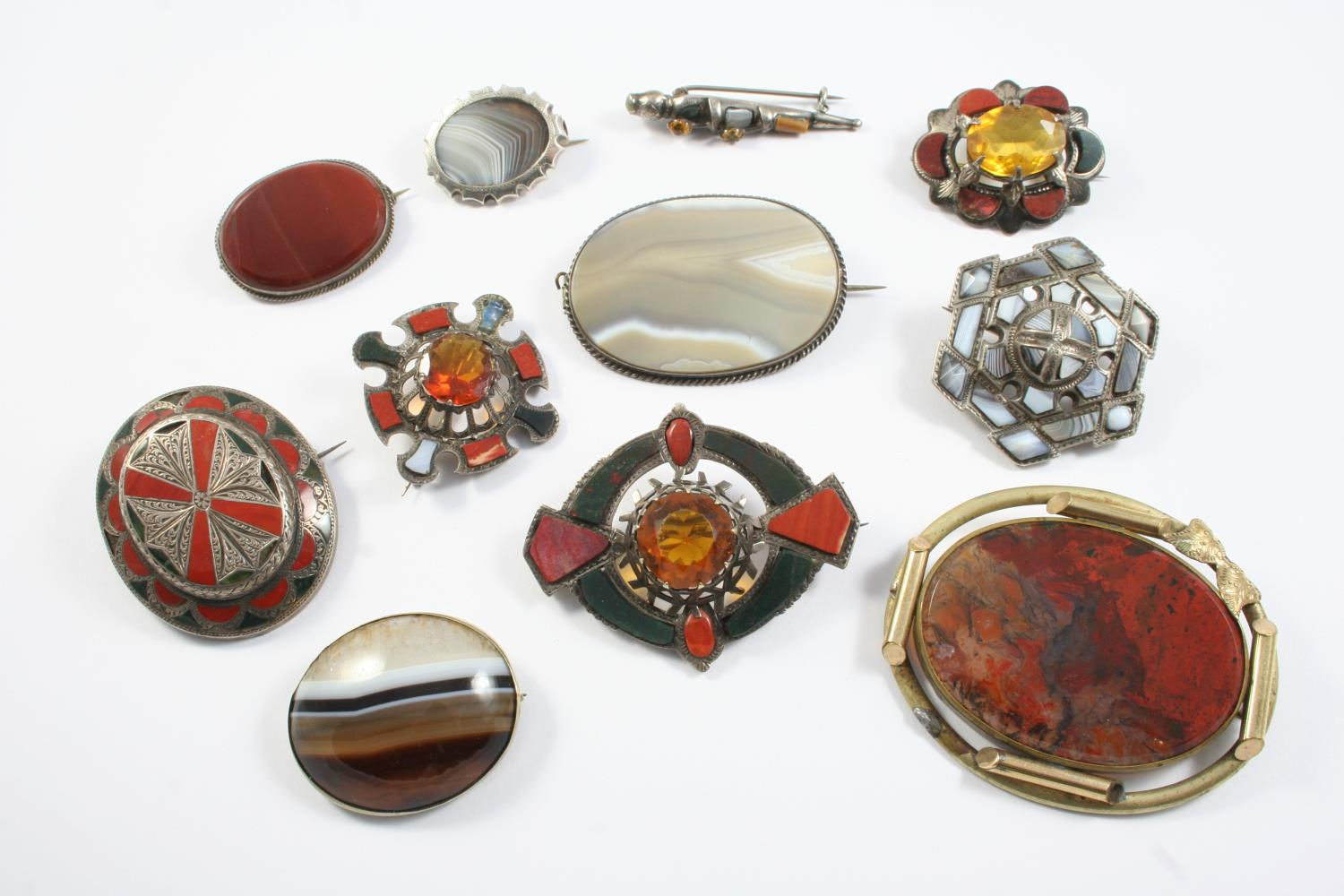 A QUANTITY OF ASSORTED SCOTTISH AGATE AND SILVER BROOCHES