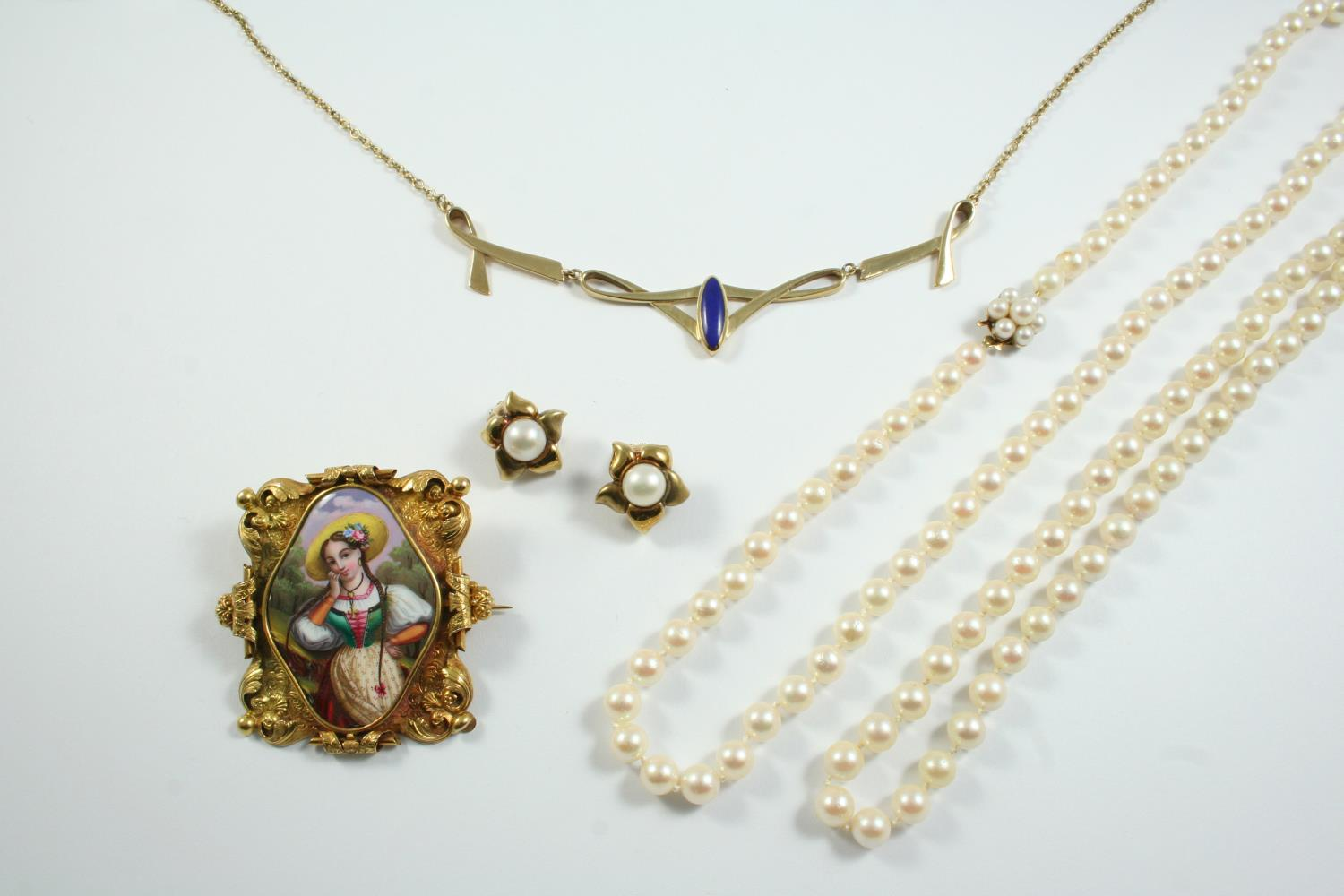 A QUANTITY OF JEWELLERY including two cultured pearl necklaces, a lapis lazuli and 9ct gold necklet,