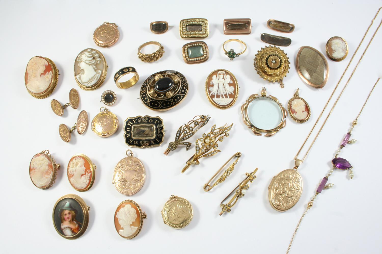A QUANTITY OF JEWELLERY including a Victorian black enamel and gold mourning ring, a Victorian black