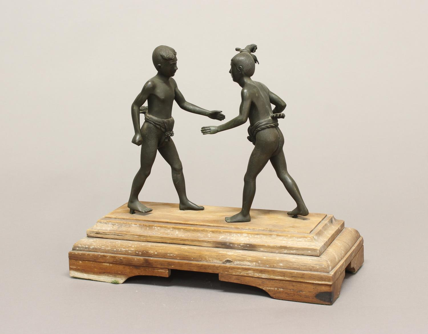 A LATE 19TH EARLY 20TH CENTURY BRONZE STUDY OF TWO WRESTLERS. A cast and patinated bronze study of