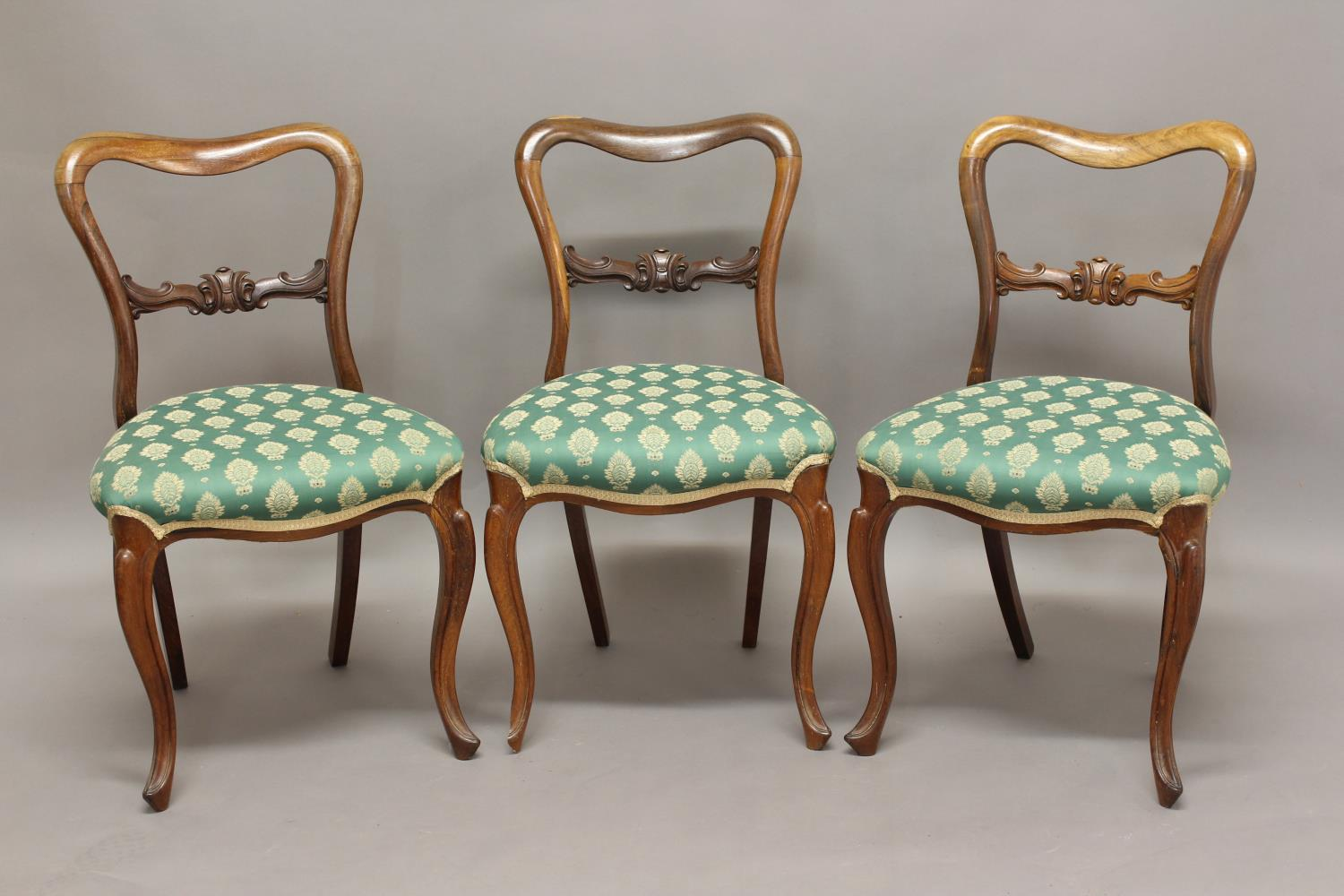 A SET OF FOUR 19TH CENTURY ROSEWOOD DINING CHAIRS, with carved bar splats on cabriole legs, height