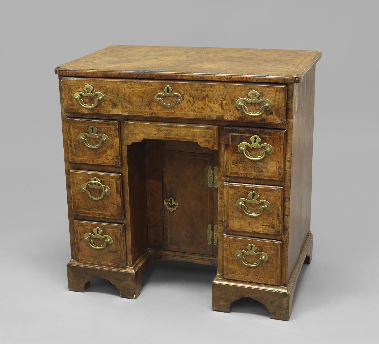 AN EARLY 18TH CENTURY BURR WALNUT VENEERED KNEEHOLE DESK. A kneehole desk with a rectangular cross - Image 2 of 2
