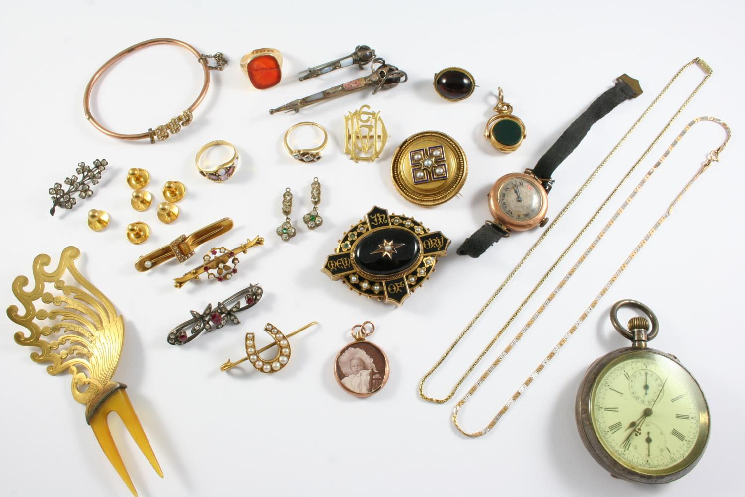 A QUANTITY OF JEWELLERY including a Victorian gold and black enamel mourning brooch, a gold hinged