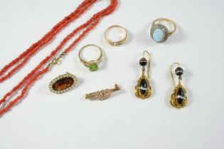 A QUANTITY OF JEWELLERY including a coral bead necklace, a pair of banded agate and gold drop