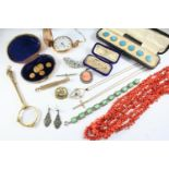 A QUANTITY OF JEWELLERY IN RED LEATHER JEWELLERY BOX including a 22ct gold wedding band, 2.2