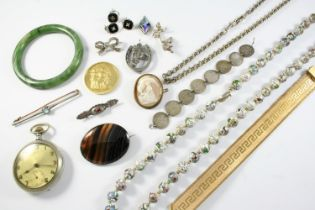 A QUANTITY OF JEWELLERY including a carved shell cameo depicting Hebe, the goddess of Youth, a