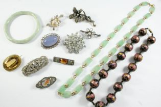 A QUANTITY OF JEWELLERY including a jade necklace and a jade bracelet, a brooch mounted with an