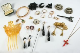 A QUANTITY OF JEWELLERY including a chalcedony and gold mourning brooch, a gold band ring set with a