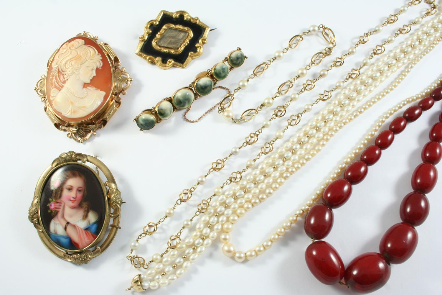 A QUANTITY OF JEWELLERY including a carved shell cameo brooch in ornate gold mount, a Victorian