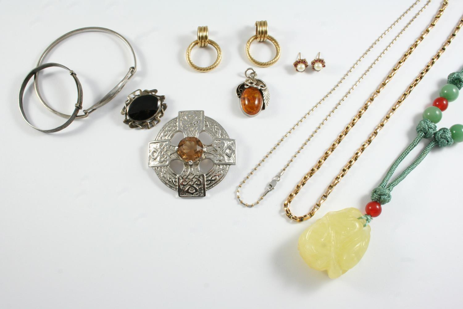 A QUANTITY OF JEWELLERY including a 9ct gold chain necklace, 8.9 grams, a 9ct necklace, damaged, 5.6
