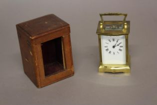 AN EARLY 20TH CENTURY FRENCH BRASS CASED CARRIAGE CLOCK. A brass cased carriage clock with white