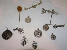 Lot Pins und religiöse Anhänger, teilweise Silber.Lot pins and religious pendants, partly silver.